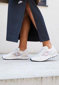 Nike Sportswear - WAFFLE ONE - Tenisky - summit white/infinite lilac/light bone/green glow - 4