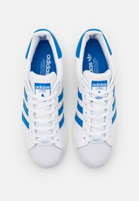 adidas Originals - SUPERSTAR UNISEX - Sneakers laag - footwear white/blue bird/offwhite - 5