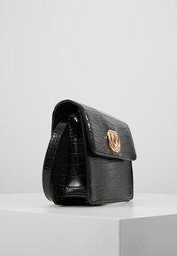 Pieces - Umhängetasche - black/gold-coloured - 3