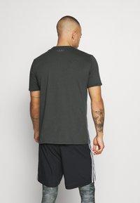 Under Armour - CAMO BIG LOGO  - T-shirt imprimé - baroque green - 2