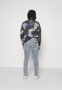 Wrangler - LARSTON - Jeansy Slim Fit - dusty light - 2
