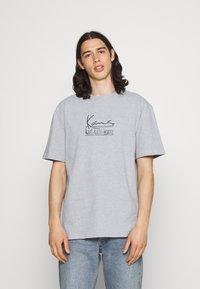 Karl Kani - SIGNATURE TEE UNISEX - Print T-shirt - grey - 0