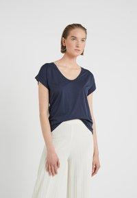 CLOSED - WOMENS - Basic T-shirt - dark night - 0