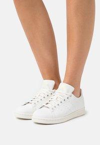 adidas Originals - STAN SMITH  - Zapatillas - cloud white/offwhite/pink tint - 0