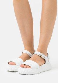 Emporio Armani - Sandály na platformě - white - 0