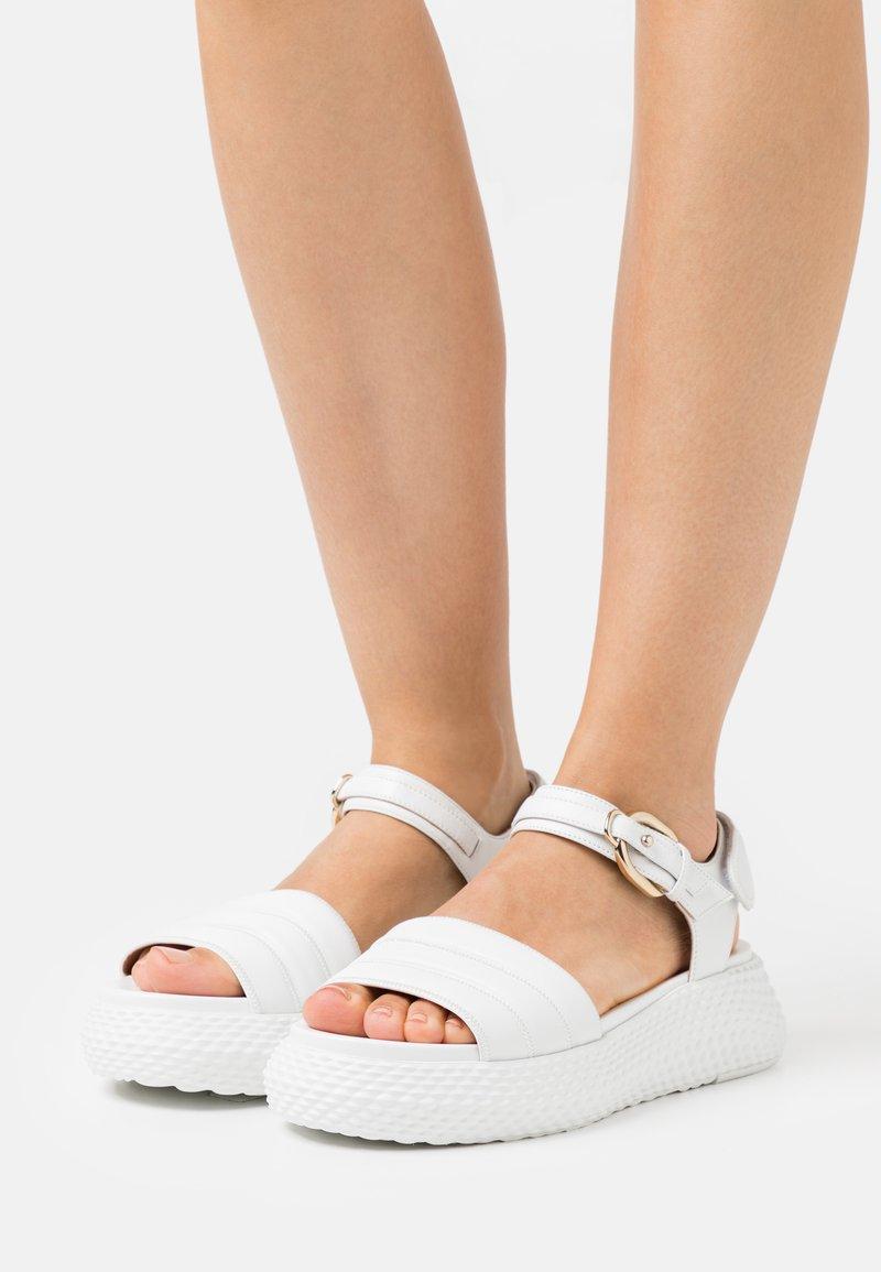 Emporio Armani - Sandály na platformě - white