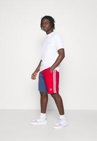 adidas Originals - BLOCKED UNISEX - Shorts - scarlet/crew blue - 3