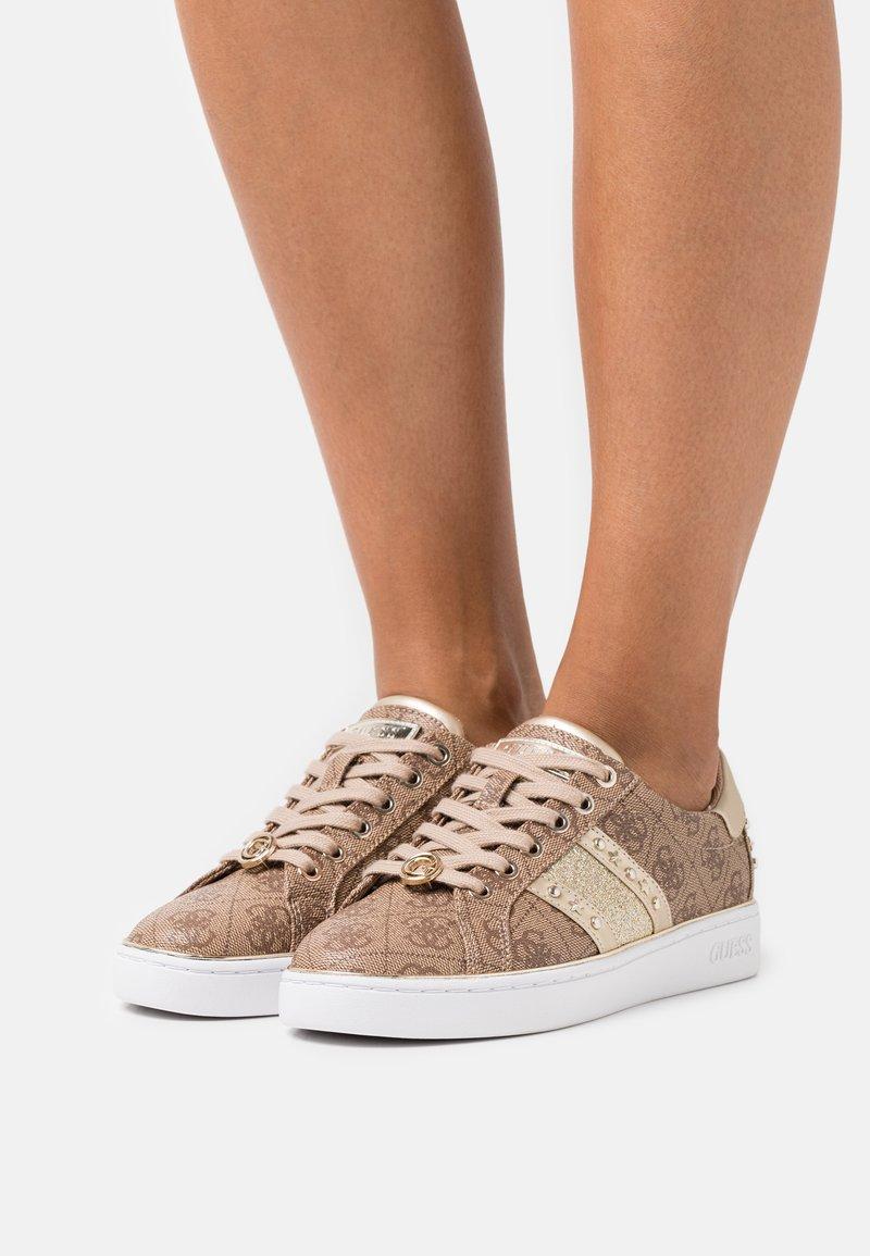 Guess - BEVLEE - Tenisky - beige/light brown