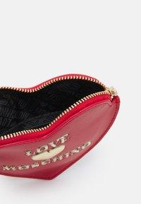 Love Moschino - HEART SHAPEDPURSE - Wallet - rosso - 2
