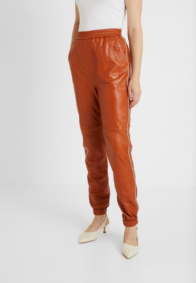 VANA PANTS - Spodnie treningowe - umber