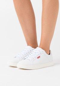 Levi's® - CAPLES - Zapatillas - regular white - 0