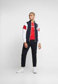 Calvin Klein Jeans - INSTITUTIONAL LOGO SLIM TEE - T-shirt z nadrukiem - racing red/bright white - 1