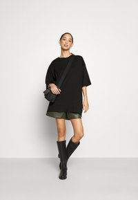 Monki - CISSI TEE - T-shirts med print - black dark - 1