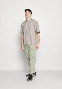 adidas Originals - ABSTRACT TEE - Triko spotiskem - timber - 1