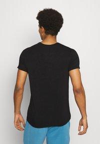 Curare Yogawear - MEN - T-shirt basic - black - 2