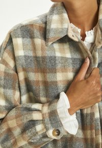 Cream - TARACR OZ SHIRT - Classic coat - feather gray check - 2
