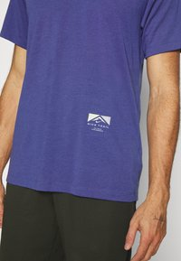 Nike Performance - TEE TRAIL - Camiseta estampada - dark purple dust - 6