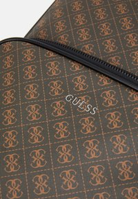 Guess - VEZZOLA BACKPACK UNISEX - Batoh - brown - 5