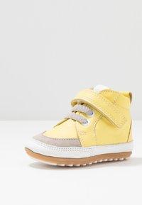 Robeez - MIGOLO - First shoes - jaune - 2