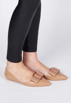 POINTY - Ballerina's - beige/red