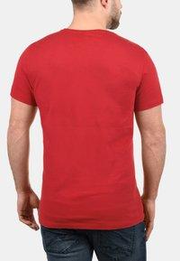 Blend - RUNDHALSSHIRT DOPPLER - Print T-shirt - pomp red - 1