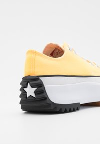 Converse - RUN STAR HIKE PLATFORM COLOR SPLASH UNISEX - Trainers - citron pulse/white/black - 5