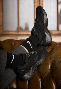 Reebok Classic - AZTREK 96 TRANSLUCENT - Sneakers laag - black/neon lime/true grey - 4