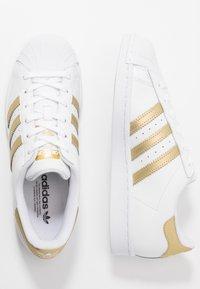 adidas Originals - SUPERSTAR - Sneakers laag - footwear white/gold metallic - 3
