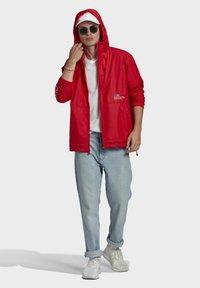 adidas Originals - ADICOLOR FTO WINDBREAKER - Cortaviento - red - 1