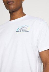 New Balance - ATHLETICS CIRCULAR STACK TEE - Print T-shirt - white - 4