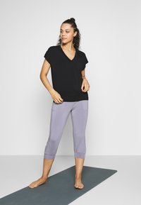 Curare Yogawear - V NECK SHIRT WITH BOXPLEAT - T-shirts - black - 1