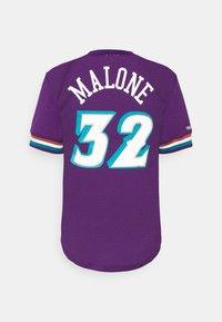 Mitchell & Ness - NBA UTAH JAZZKARL MALONE NAME & NUMBER CREWNECK - T-shirt med print - purple - 1