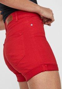 Vero Moda - VMHOT SEVEN MR FOLD SHORTS COLOR - Denim shorts - goji berry - 4