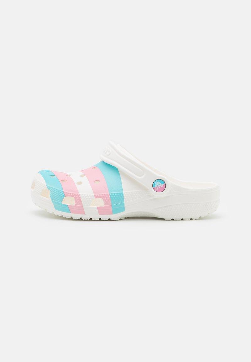 Crocs - CLASSIC PRIDE 2021 UNISEX - Klapki - white/multicolor