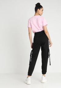 Missguided - SEAT BELT CARGO TROUSER - Reisitaskuhousut - black - 2