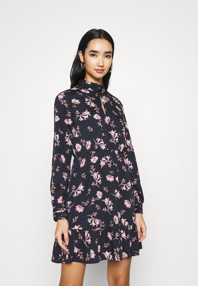 Vero Moda - VMROBIN SHORT DRESS - Denní šaty - night sky
