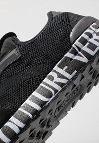 Versace Jeans Couture - Matalavartiset tennarit - black - 5