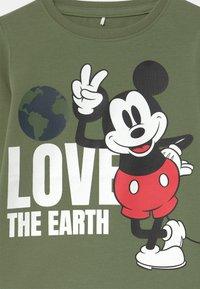 Name it - DISNEY MICKEY MOUSE REYNOLD  - Langærmede T-shirts - deep lichen green - 2