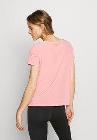 ONLY Play - Camiseta estampada - strawberry pink/white gold - 2