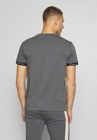 CLOSURE London - SCRIPT HIDDEN BAND TEE - Print T-shirt - grey - 2