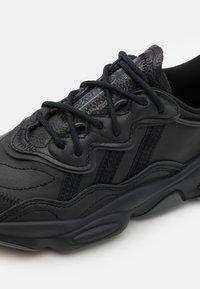 adidas Originals - OZWEEGO - Baskets basses - core black/dark grey heather/solid grey/core black - 5