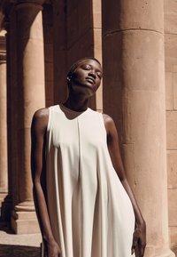 Max Mara Leisure - RIBALDO - Žerzejové šaty - white - 3