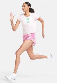 Nike Performance - ICON CLASH - Print T-shirt - rosa - 1