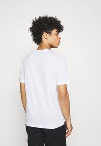 Champion Rochester - CREWNECK - T-shirt imprimé - white - 2