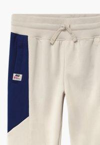 Nike Sportswear - HERITAGE - Pantalon de survêtement - orewood/blue void/fire pink - 3
