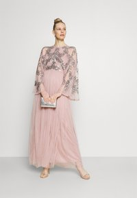 Maya Deluxe - CAPE SLEEVE MAXI DRESS WITH FLORAL EMBELLISHMENT - Ballkjole - frosted pink - 1