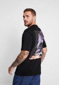 Sweet SKTBS - LOOSE POCKET - Print T-shirt - desert black - 2