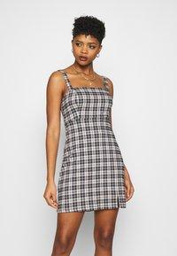 Hollister Co. - CHAIN BARE STRUCT - Denní šaty - black/tan - 0