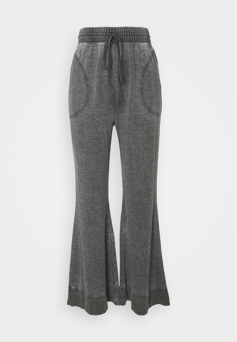 Free People - COZY COOL LOUNGE PANT - Pantalones deportivos - washed black