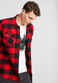 Jack & Jones - JORDARK CITY TEE CREW NECK REGULAR - T-shirt print - cloud dancer - 4